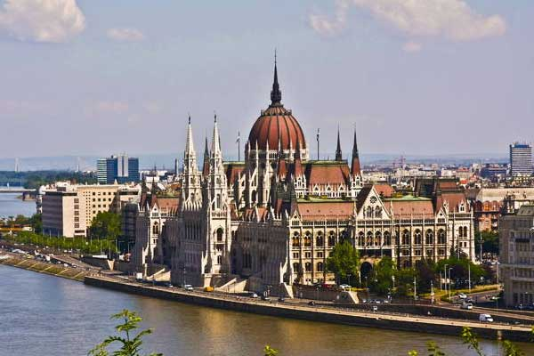 an overview of hungary Budapest overview budapest yokes together two formerly separate cities: buda and pest, on opposite sides of the danube buda, on the west side of the river is hilly and semi-suburban, and has winding, narrow streets wending their way up into the hills.